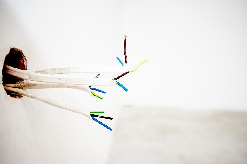 short-circuit-cables-in-wall